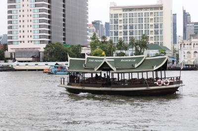 サトーンとを結ぶホテルボート