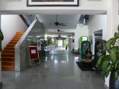 フロントで受付を済ませ、客室に向かう廊下です。広くて明るい。