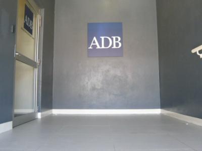 ホテルの通路の南には、アジア開発銀行への入口が続いています。