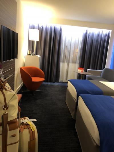 角の部屋は広々して快適。ノートルダムも少し見えます。