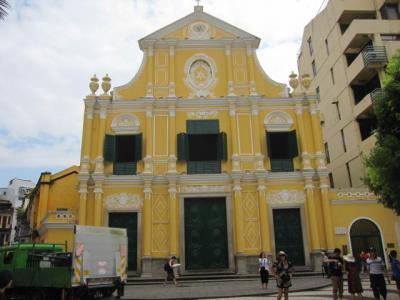 街並みに生える教会
