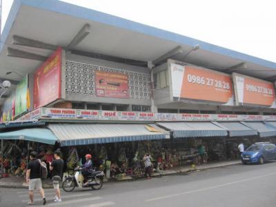 旧市街の大きな観光用市場