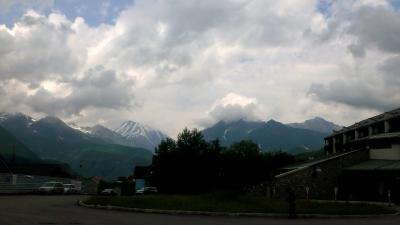 周辺の山々。雪渓が美しい。