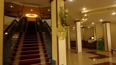 入口の階段。右奥がフロント