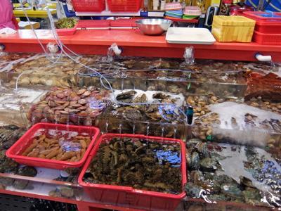 自分で選んだ魚貝を好きな調理方法で食べられます