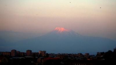 ホテル近くの橋から眺めた、朝日を浴びるアララット山。