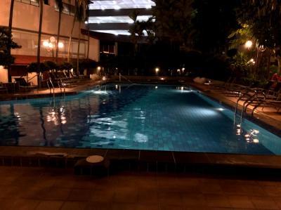 夜のプールです。隣にジムもあります。
