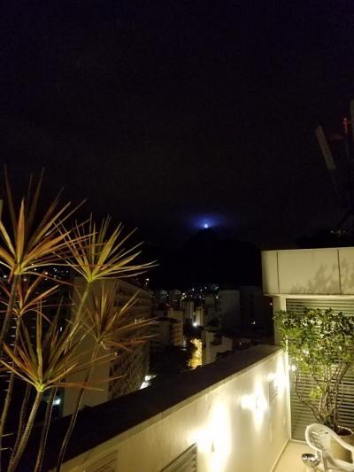夜の屋上から見た景色。キリスト像でしょうか?光ってます
