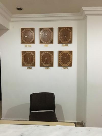 フロントの時計は日本時間もあり