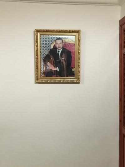 フロントの世界時計のお隣にはムハンマド6世の若き日のお写真