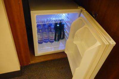 冷蔵庫には水が入っています