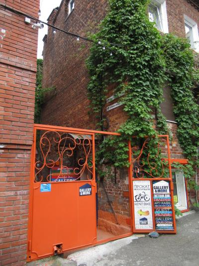 受付入口。通りから数10m入って左側にある。