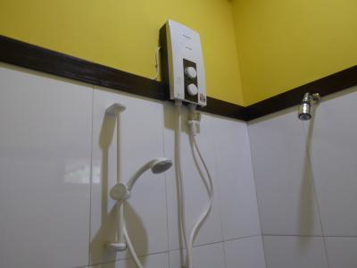 シャワー使用前に、下側のダイヤルを回す必要あり。