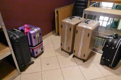 荷物は専用のラゲージ置き場で保管してくれます