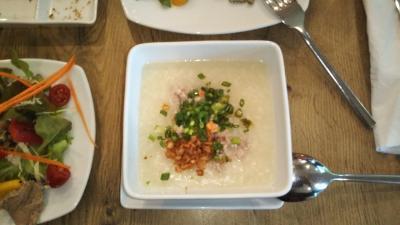 朝食のお粥。赤米を使っていた。熱々、美味。