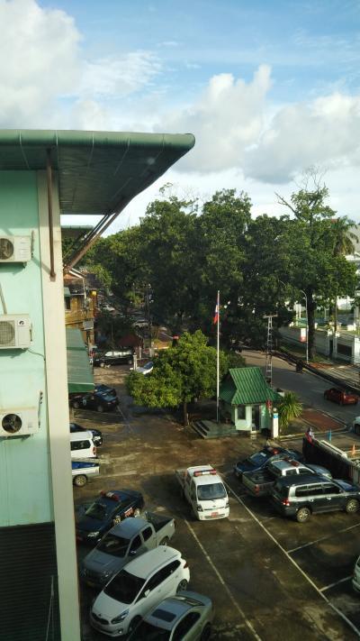 隣の警察署(左の建物)