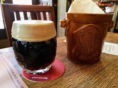 旧市街でチェコビール 店内にビール醸造タンクのあるウ・チシー・ルージー U tri ruzi