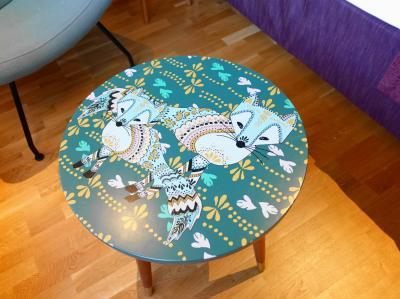 キツネのモチーフのテーブル
