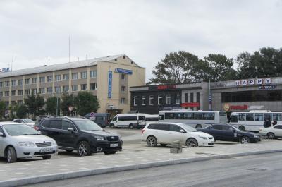 コルサコフ行きバス乗り場、ユジノサハリンスク駅に背を向けて右側の建物