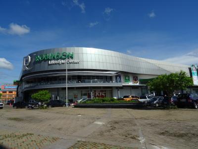 サコンナコン・バスターミナル2の近く、大きなショッピングモールです