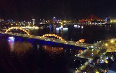 街なかや川の夜景が見えるプール付の高層ホテル