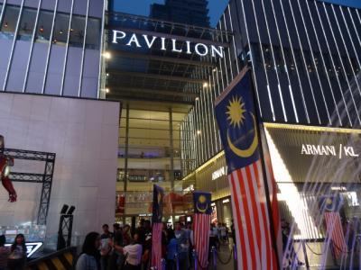 街中にある巨大なショッピングモール