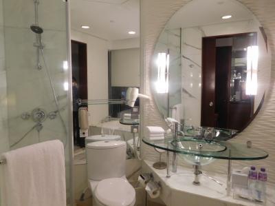 バスルームはモダンなインテリア。