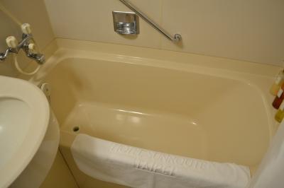 バスタブ付。湯舟とトイレは同じ区画に。