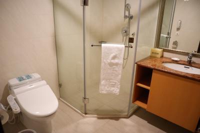 浴槽と別にシャワーもあります。