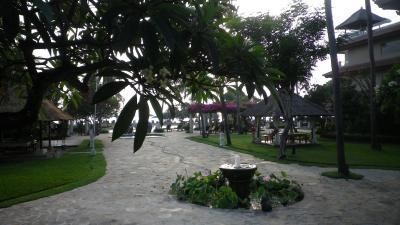 花咲くガーデン、プライベートビーチやプールを眺めての食事