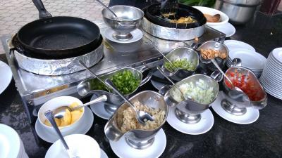 朝食は定番メニューの他、麺やオムレツをその場で作ってくれます