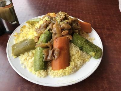 ジャマ・エル・フナを見下ろしながらモロッコ料理
