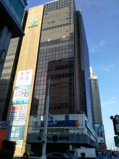 1つビルの向こうがホテルの建物です