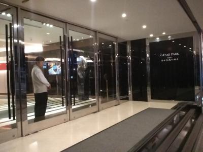 ホテルの入口夜遅くの到着でしたがドアスタッフが開けてくれまし