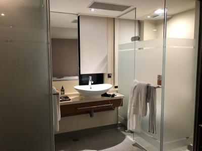 バスルームはガラス張りです。