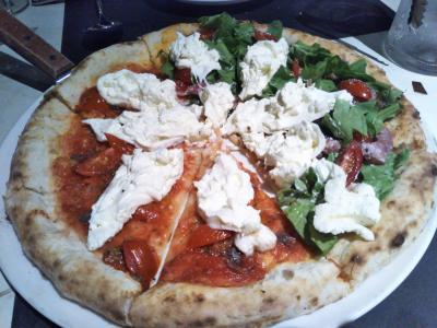 自家製チーズのピザ