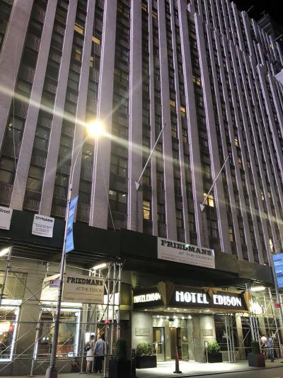 タイムズスクエアのすぐそばです。