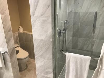 バスタブの他にもシャワールームがあります。