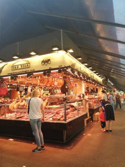 食べ歩きを楽しめる市場