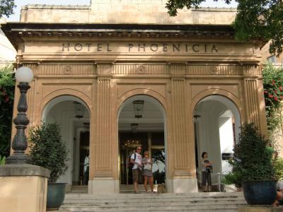 ヴァレッタ・バスタ-ミナル横に位置し窓からはヴァレッタ市街が見渡せお庭の奇麗な落ち着けるホテル!
