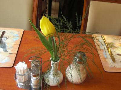 朝食のテーブルには可愛いチュ-リップが飾られています