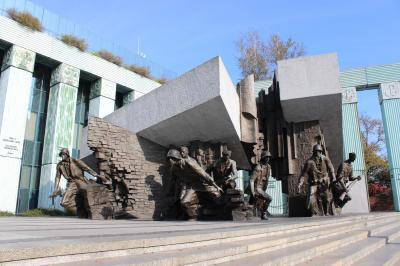 苦悩の歴史、勇気の記念碑