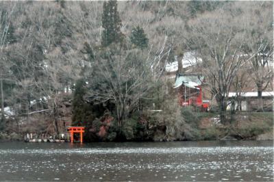 横着をして湖上から参拝。