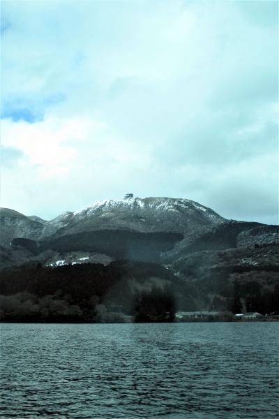 雪を張り付けて、一段と寒そうな山容でした。
