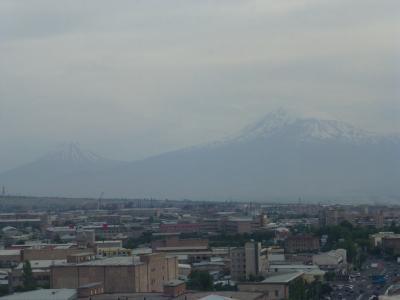 部屋の窓からアララト山を遠望