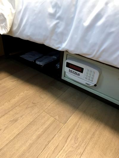 ベッドの下に色々あります
