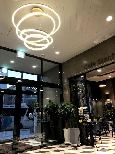 エントランス、右側は朝食会場のカフェ