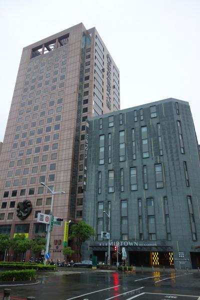 高雄駅よりMRT紅線で一つ北上、後驛駅より2分くらい。おしゃれなお宿です。