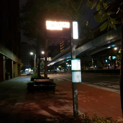 ホテル前のバスストップ 空港行き