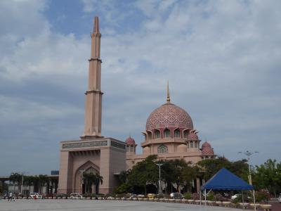 プトラモスク 濃淡はありますが、ピンク一色のモスク プトラ湖やフードコートも楽しめますよ